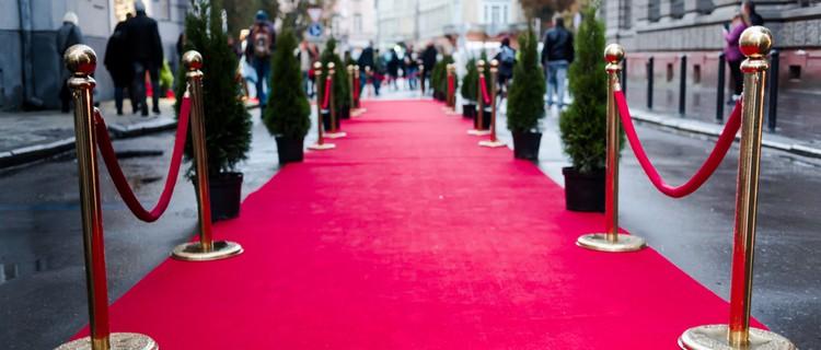 red carpet between rope barriers